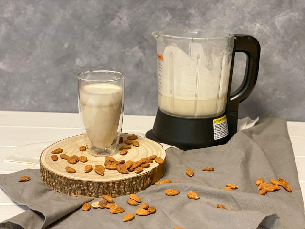Mandelmilch aus dem Deluxe Blender